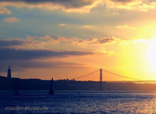 E mais um dia termina, na cidade... na paz de um beijo, do sol... quando se deita no mar... / Another day ends, in the city... in the peace of a kiss, from the sun... before lying down in the sea...