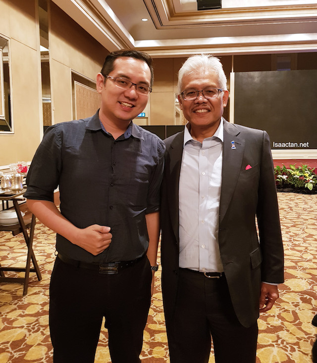 With Datuk Seri Hamzah Zainudin, Minister of KPDNKK during the session