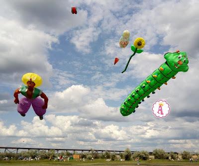 Воздушные змеи гусеница, Аладдин, матрешка, подсолнух в небе