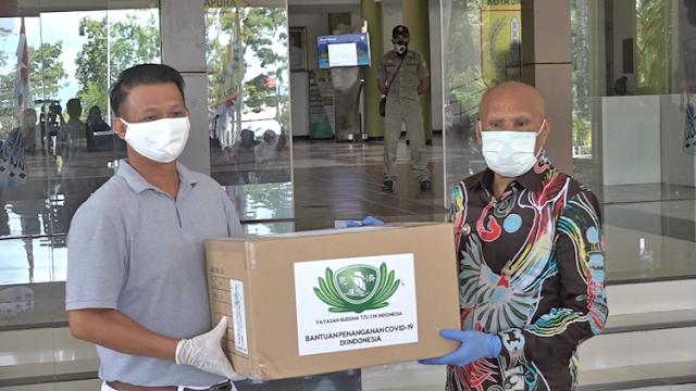 Benhur Tomi Mano Terima Bantuan 14 Karton APD dari Buddha Tzu Chi Indonesia