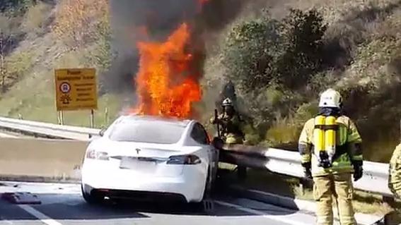 Cara Memadamkan Mobil Listrik Kalau Terbakar