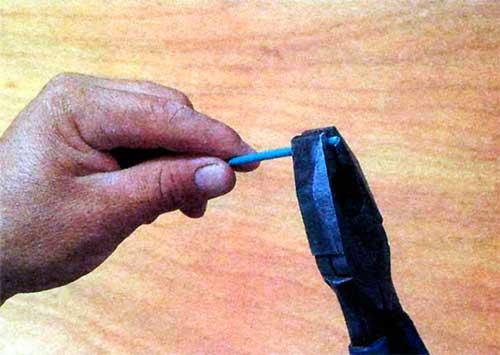 Instalaciones eléctricas residenciales - Presionando la punta de un conductor eléctrico con la mordaza de una pinza universal
