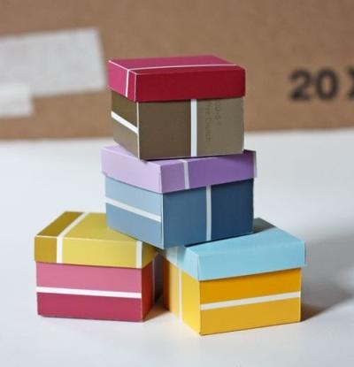 Kotak kado dari Kartu Warna Cat