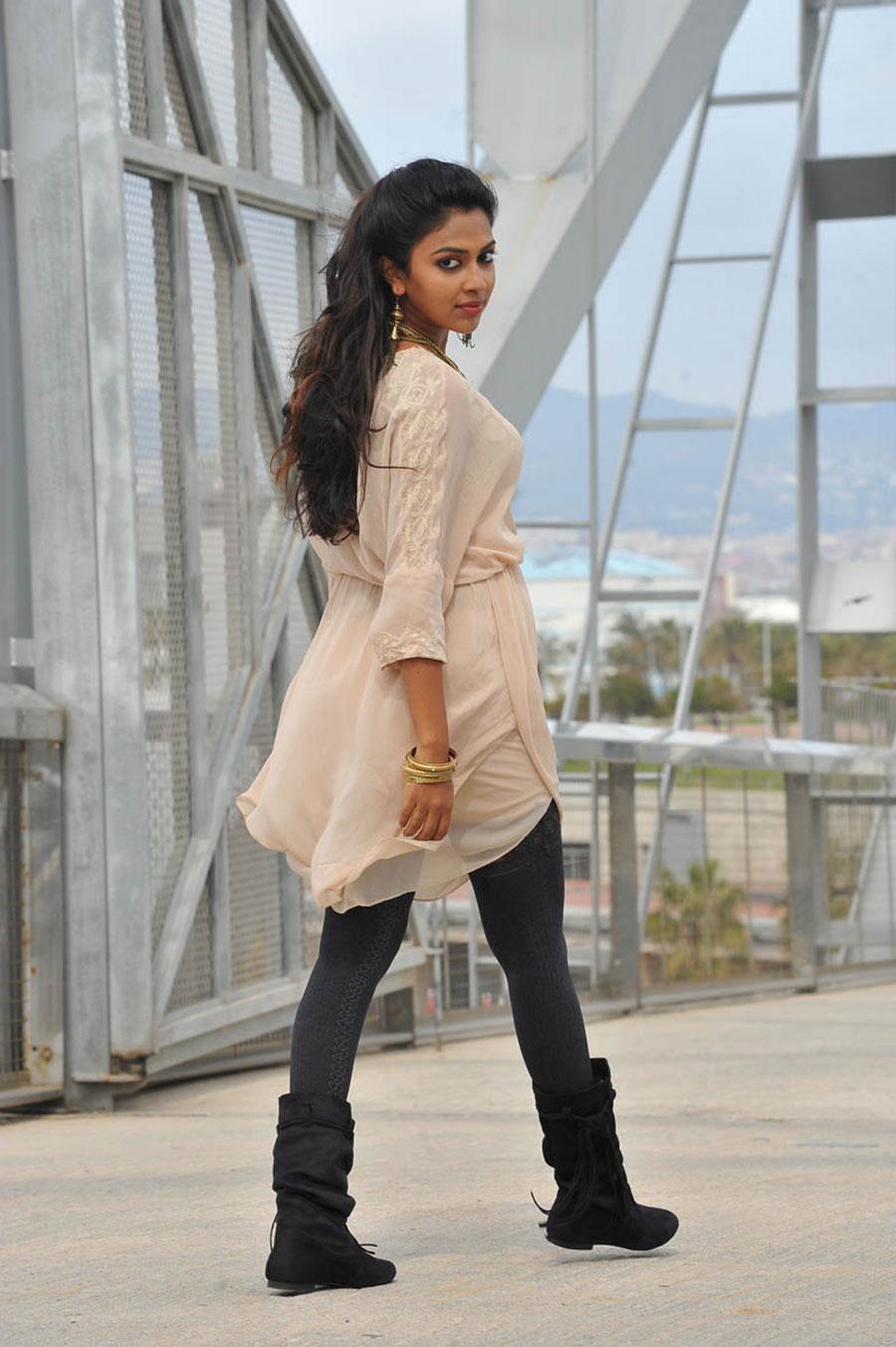 Amala paul new photos from iddarammayilatho movie