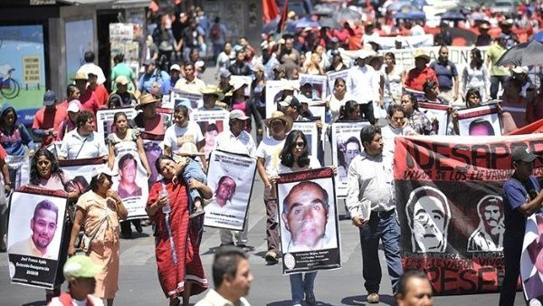 Mexicanos realizan plantón por víctimas de desaparición forzada