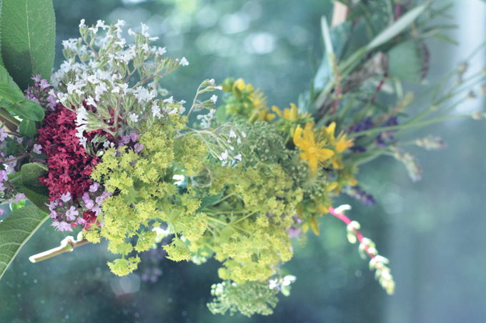 http://www.archieandtherug.com/2018/07/an-apothecary-wreath.html how to make your own foraged wreath