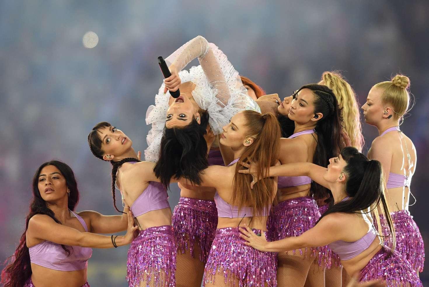 Британская певица Дуа Липа выступает в финале Лиги чемпионов УЕФА
