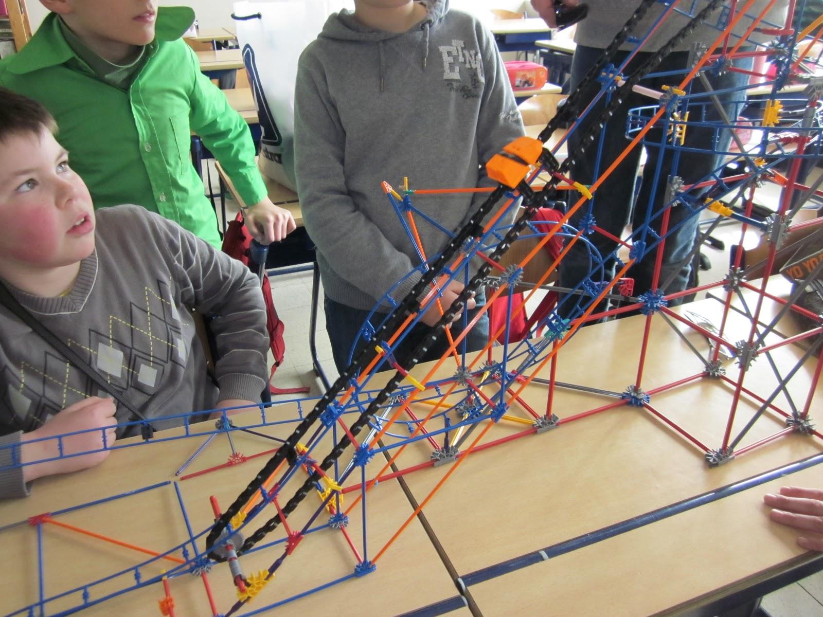 Beroemd vijfde leerjaar: Techniek in de klas: bouwen van roetsjbaan met Knex XB84
