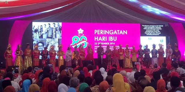 Momen Lucu, Jokowi Minta Maaf Ke Iriana Diapit Banyak Wanita