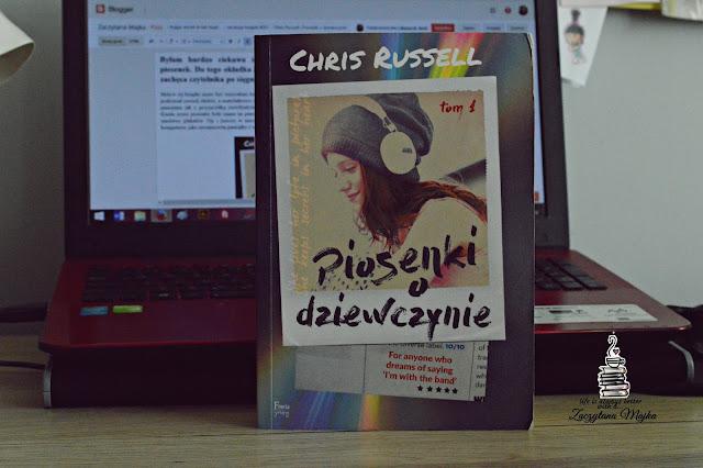 "She lives her life in pictures, she kepps secret in her heart... – recenzja książki #257 – Chris Russell ""Piosenki o dziewczynie"""