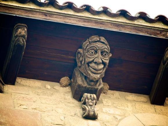 Alero con Bustos esculpidos en Solsona