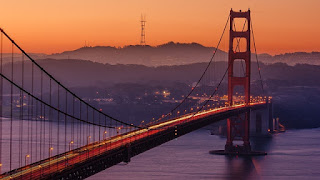 夕焼けに照らされた橋