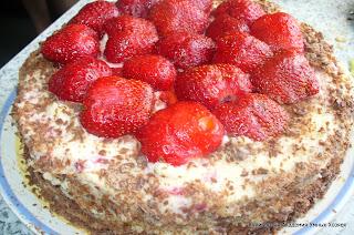 торт со свежей клубникой готовый в сборе