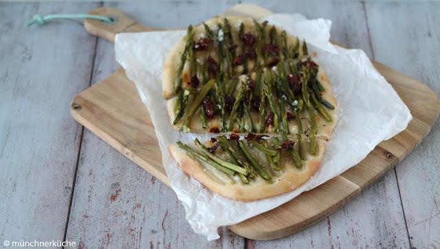 Hefeteig belegt mit grünem Spargel, getrockneten Tomaten und Meersalz.