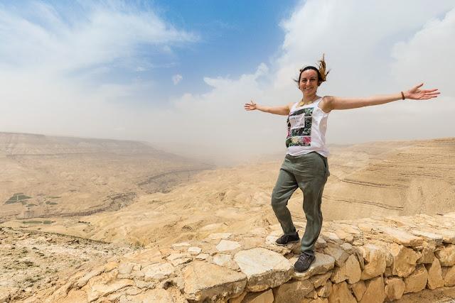 Lena en el mirador de la Carretera del Rey, Jordania