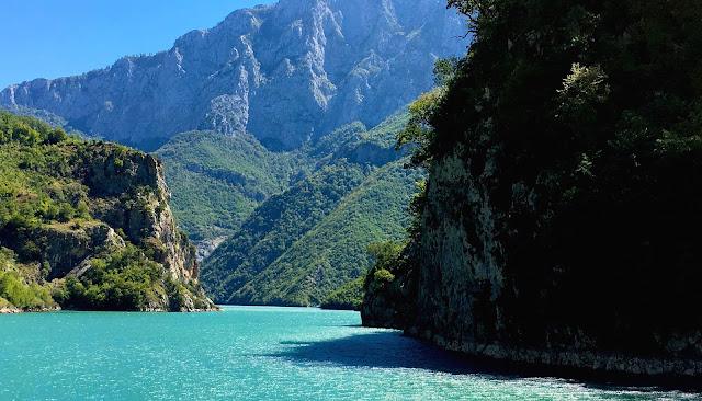 La traversée en bateau du lac Koman au nord de l'Albanie