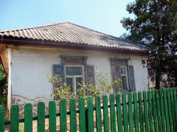 Васильківка. Район Низ. Вулиця Соборна. Будинок ветерана зі збереженою зіркою