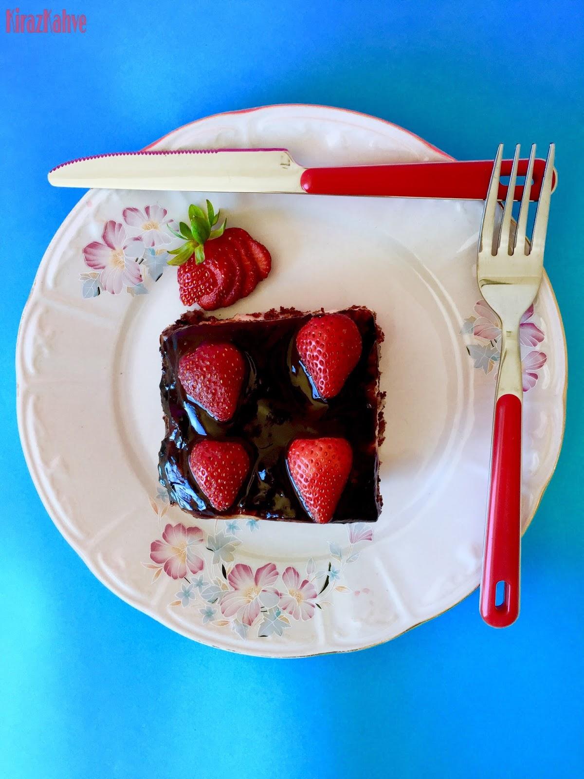 Çilekli ve Muzlu İki Katlı Yaş Pasta