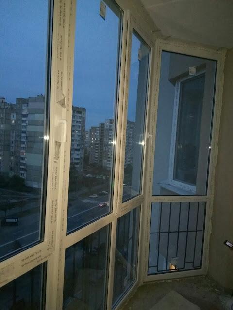 На фотографии показано остекление балкона на Троещине, ул. Градинская