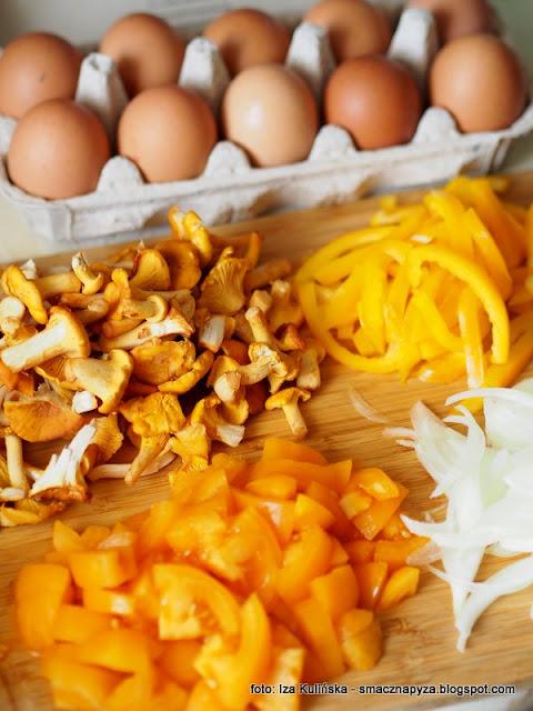 szakszuka z kurkami, jajka sadzone na pomidorach, jajka w sosie warzywnym, zolte warzywa, wersja zolta, kurki, sniadanie z patelni