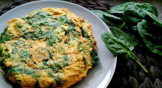 Omlet jajeczny z jarmużem, szpinakiem i kurkumą