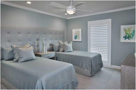 Küsten-Gäste-Schlafzimmer-Design-weißer-Deckenventilator-mit-blauen-grauen-Wänden