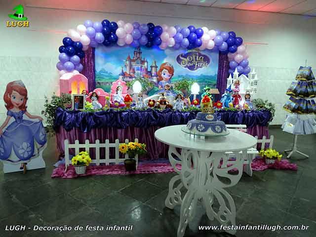 Decoração festa de aniversário Princesa Sofia - Mesa forrada com pano de cetim - Barra - RJ