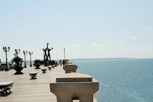 lungomare Taranto, statue, monumenti, mare, cielo, sole, panchine, lungomare Vittorio Emanuele III