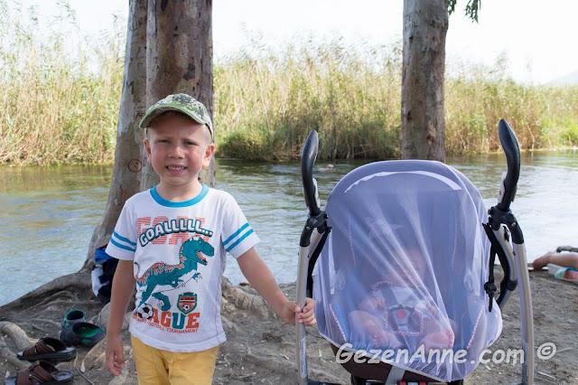 minik ve büyük oğlum (sivrisineklerden korunmak için filenin altında) azmak kenarında hatıra fotoğrafı, Akyaka