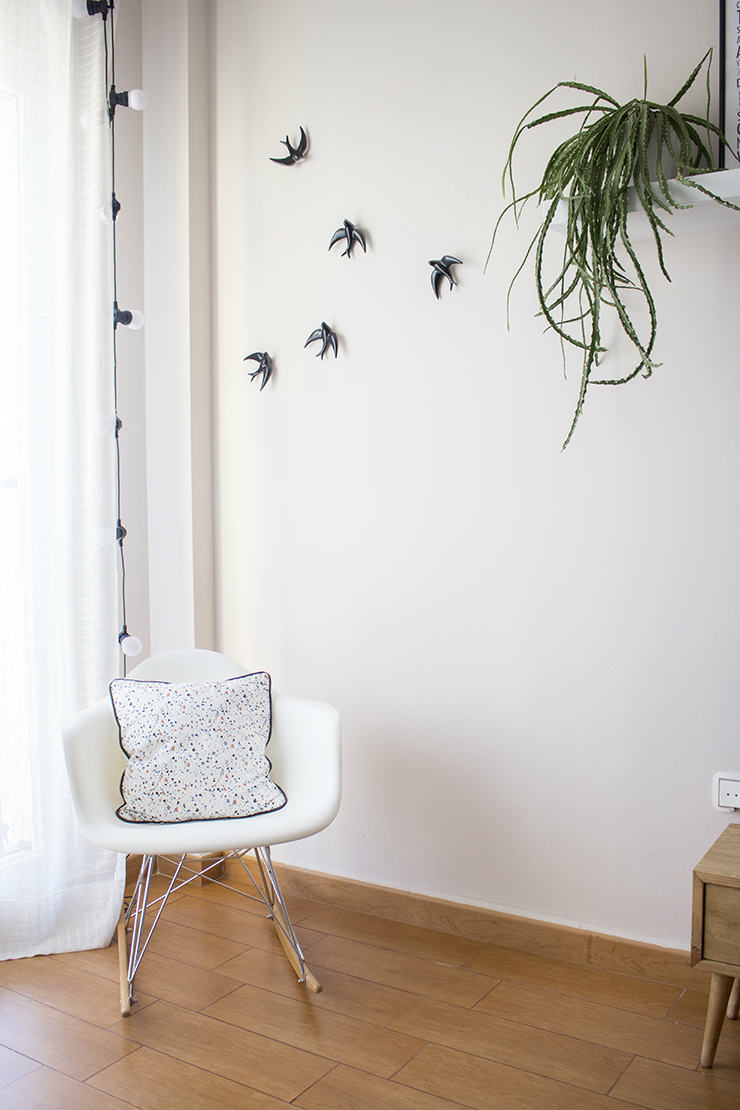 Mecedora Eames, y gaviotas en la pared