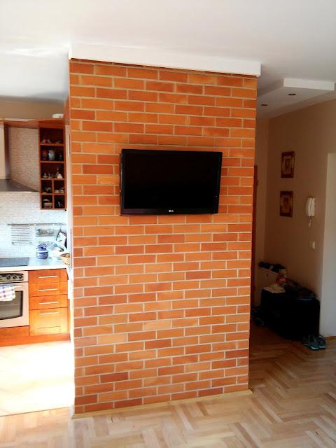 Ceglana ścianka pod telewizor