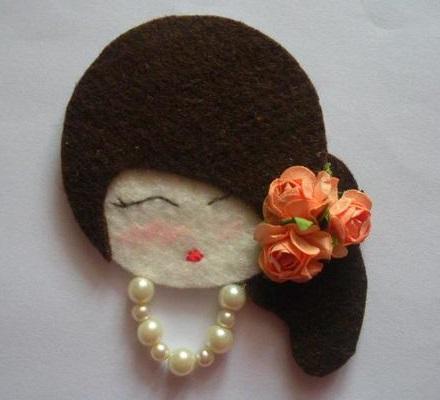 rosto de daminha em feltro com rosas no cabelo