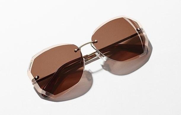 O verão ainda está longe mas a Chanel já desvendou a nova coleção de óculos  de sol para a primavera-verão 2017. São diversas as armações com linhas  puras e ... b84d0278c1