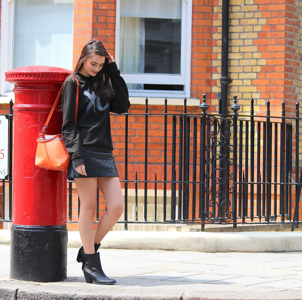 peexo fashion blogger wearing all black jumper and leather skirt at london postbox