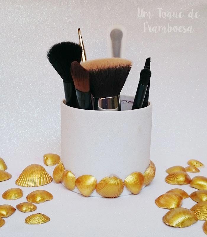 Organizador de maquiagem decorado com conchas marinhas douradas