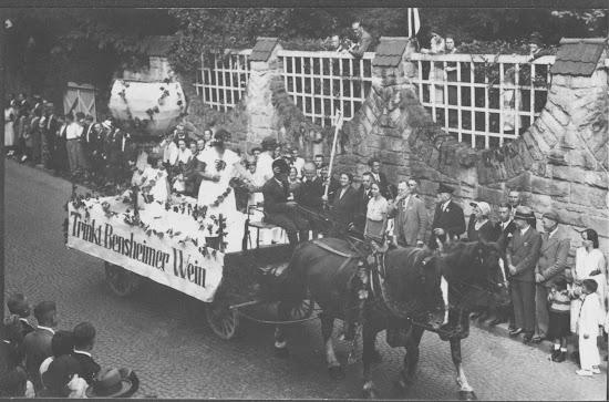 """Winzerfest 1932 - Motivwagen """"Trinkt Bensheimer Wein"""", Nachlass Joseph Stoll, Fotoalbum Winzerfest 1932 lfd. No. 005.jpg"""