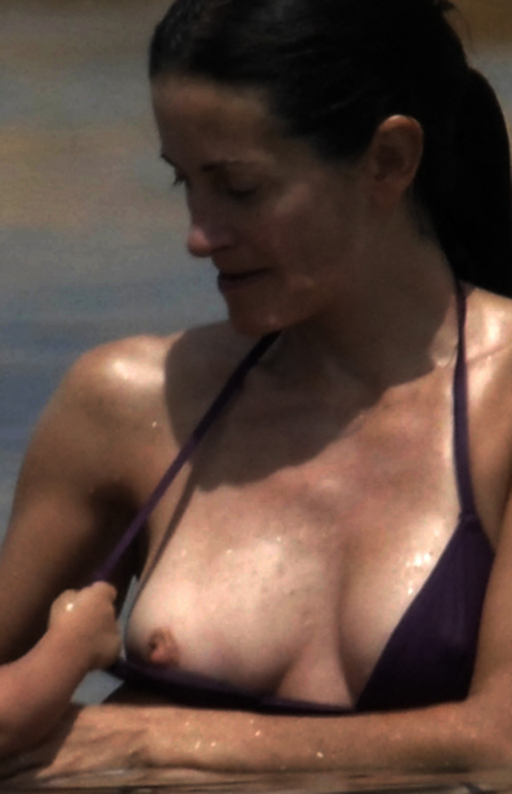 Nude photos of courtney cox apologise