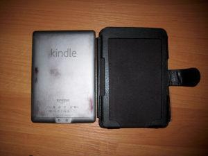 Etui Bluecosto powoduje przebarwienia na tylnej części obudowy Kindle