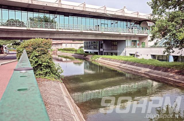 Stazione ferroviaria di Nova Milanese fotografata dalla ciclabile del canale Villoresi.