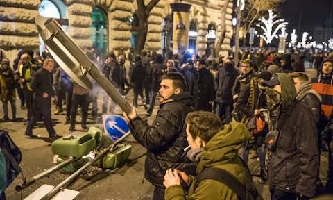 Céltudatos csoport uszította a tüntetőket, külföldieket is őrizetbe vettek a rendőrök