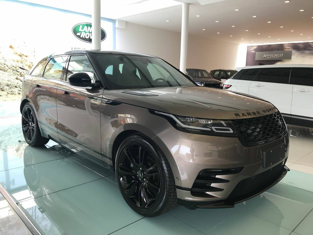 range rover velar fotos e v deo do suv no brasil pre os. Black Bedroom Furniture Sets. Home Design Ideas