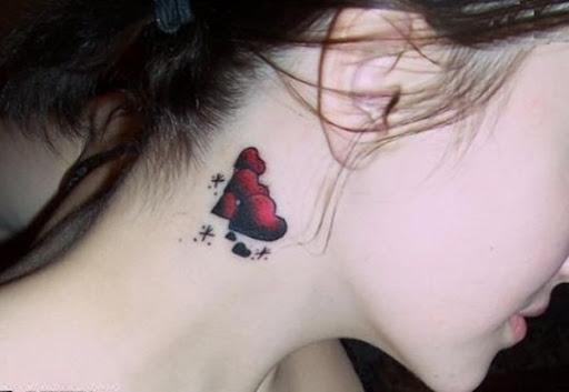 Belo desenho de tatuagem de coração no pescoço