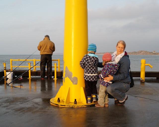 7 Ausflüge für Familien in Nord-Dänemark, die komplett kostenlos sind. Die Vorführungen in der Bonbonkocherei Lökken sind kostenfrei und anschließend kann man noch zum Sonnenuntergang auf die Mole hinaus spazieren.