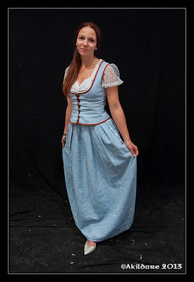 http://lylelo.blogspot.de/2013/11/belle-aus-once-upon-time-blaues-kleid.html