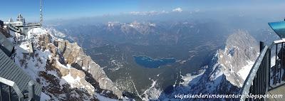 Vista aérea del lago Eibsee desde la estación de esquí del Zugspitze