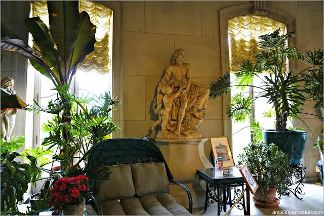 Escultura de Apolo del Invernadero de la Biblioteca de la Mansión The Elms en Newport