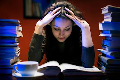 Jeune fille en train de étudier: les examens approchent