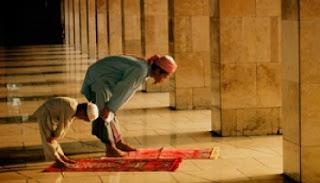 Bacaan Niat Sholat Fardhu (Wajib) 5 Waktu Dengan Terjemahannya Lengkap