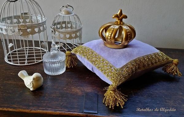 Almofada princesinha Sofia ou princesinha Tiana na cor lilás com detalhes dourados