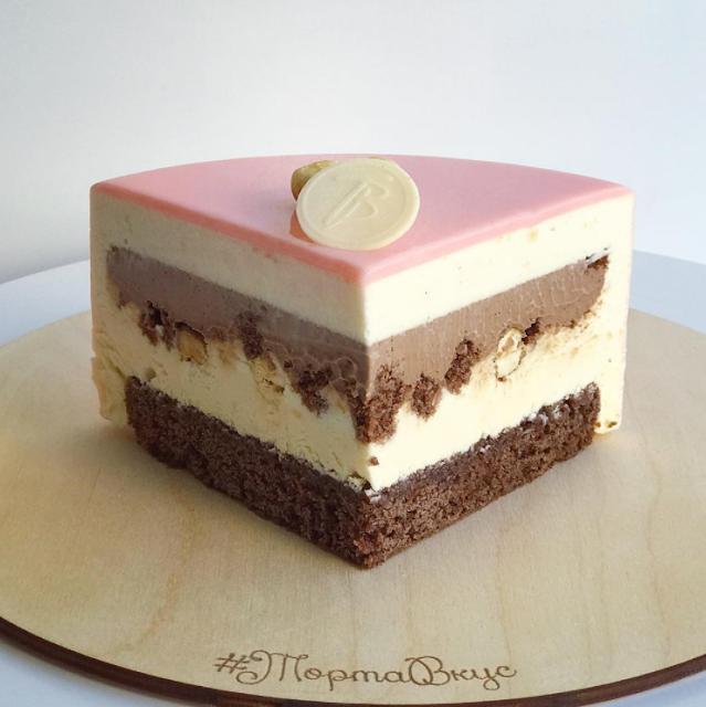 Corte tarta de boda mirror glaze - blog mi boda